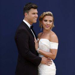 Scarlett Johansson y Colin Jost at the Emmys 2018 red carpet