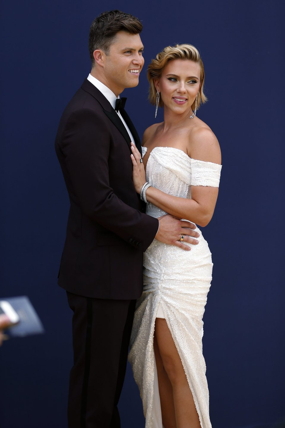 Scarlett Johansson y Colin Jost at the Emmys 2018 red carpet