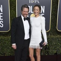 Hugh Grant y Anna Eberstein on the red carpet at the Golden Globes 2019