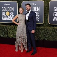 John Krasinski y Emily Blunt at the Golden Globes 2019 red carpet