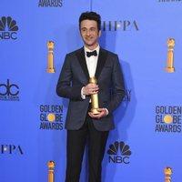 Justin Hurwitz posing with his Golden Globe
