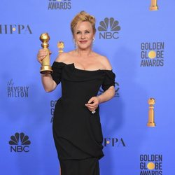 Patricia Arquette poses with her Golden Globe