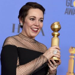Olivia Colman poses with her Golden Globe for 'The Favourite'