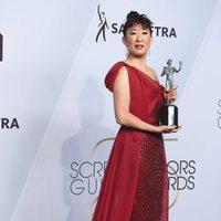 Sandra Oh poses with her award at the 2019 SAG Awards