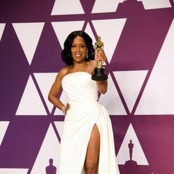 Regina King poses with her Oscar