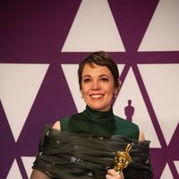 Olivia Colman poses with her Oscar