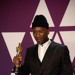 Mahershala Ali pose with his Oscar