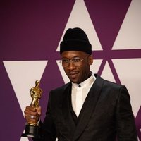 Mahershala Ali pose with his Oscar