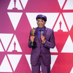 Spike Lee poses with his Oscar
