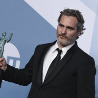 Joaquin Phoenix poses with his award on the carpet of the SAG Awards 2020