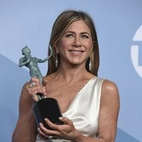 Jennifer Aniston poses with her award on the carpet of the SAG Awards 2020