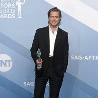 Brad Pitt poses with his award at the carpet of the SAG Awards 2020