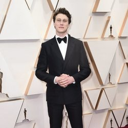 George MacKay on the red carpet at the 2020 Oscar Awards