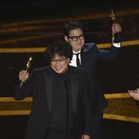 Bong Joon-ho receives the Oscar for Best Original Screenplay por 'Parasite'