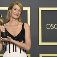 Laura Dern with her Oscar to Best Performance by an Actress in a Supporting Role