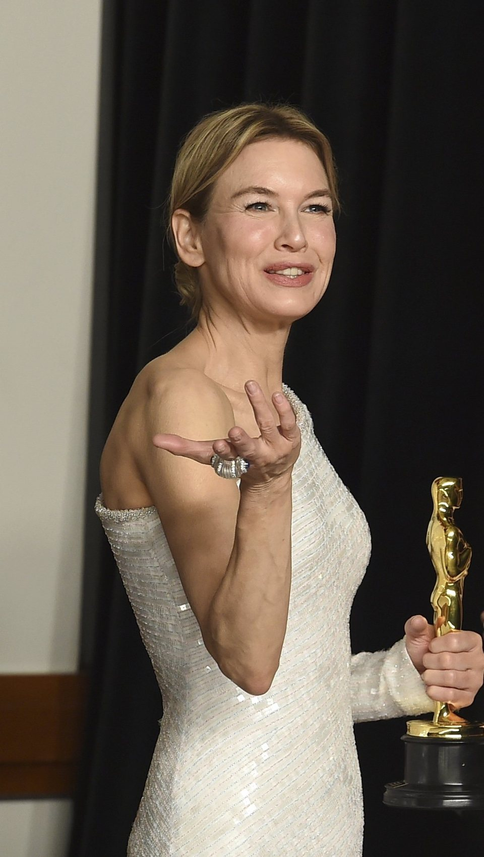 Renée Zellweger with her Best Actress Oscar for 'Judy'