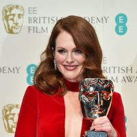 Julianne Moore posses with best actress award at the BAFTA 2015