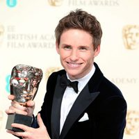 Eddie Redmayne posses with best actor award at the BAFTA 2015