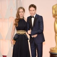 Eddie Redmayne pose with his spouse Hannah Bagshawe at the red carpet of the Oscar 2015