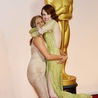 Jennifer Aniston and Emma Stone play at the Oscar 2015