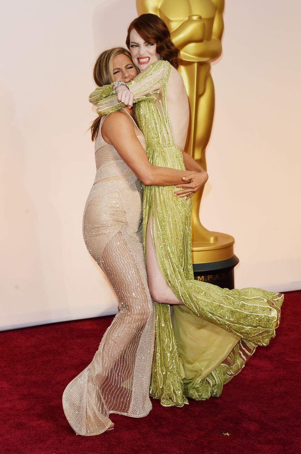 Jennifer Aniston and Emma Stone play at the Oscar 2015