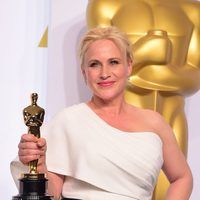 Patricia Arquette poses with her Best Actress in a Supporting role Oscar Award