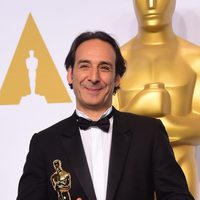 Alexandre Desplat poses with his first Oscar