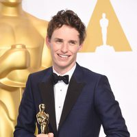 Eddie Redmayne poses with his first Oscar for the Best actor