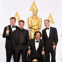 Alejandro González Iñárritu poses next to his three Oscars and Sean Penn