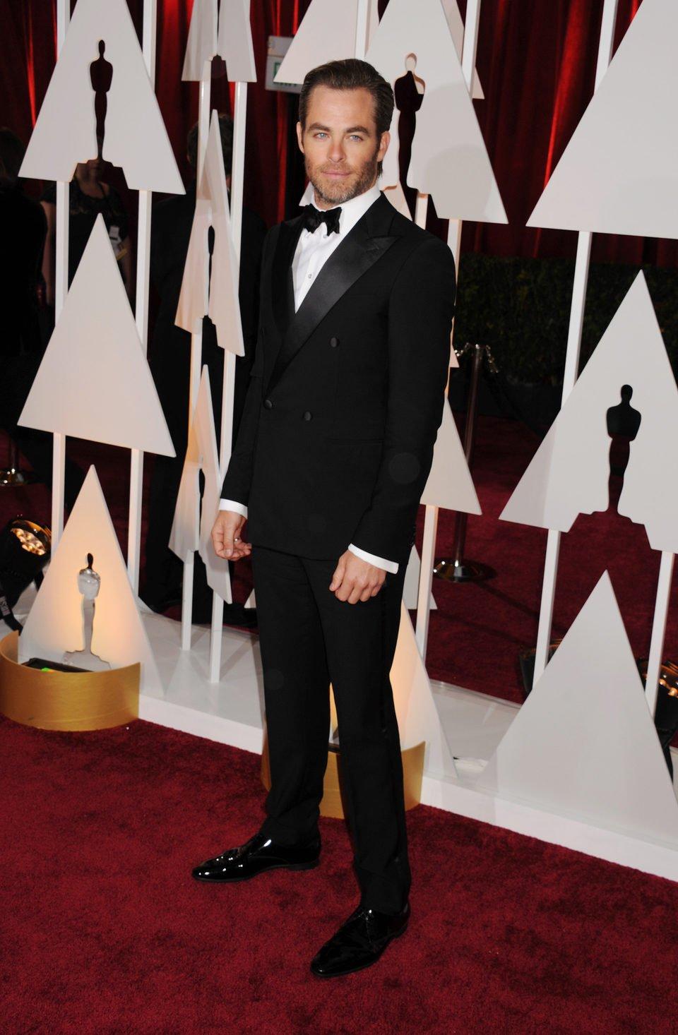 Chris Pine posse in the Oscar 2015 red carpet