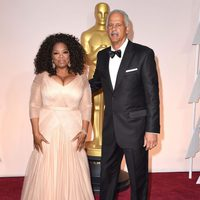 Oprah Winfrey and her husband poss in the Oscar 2015 red carpet