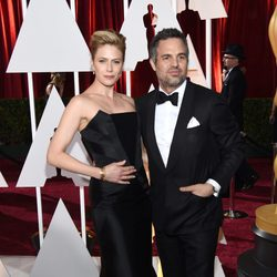 Mark Ruffalo and his wife poss in the Oscar 2015 red carpet