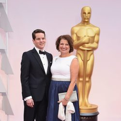 Graham Moore and his mother poss in the Oscar 2015 red carpet