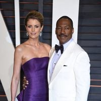 Eddie murphy and his girlfriend poss in the Oscar 2015 red carpet