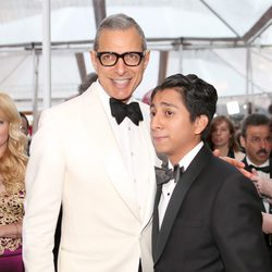 Jeff Goldblum y Tony Revolori poss in the Oscar 2015 red carpet