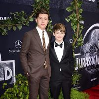 Nick Robinson y Ty Simpkins at the 'Jurassic World' premiere in California