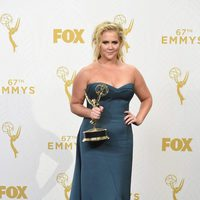 Amy Schumer posing with her 2015 Emmy Award