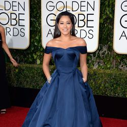 Gina Rodriguez in the 2016 Golden Globes red carpet