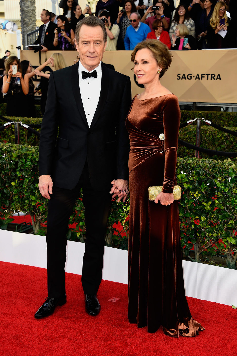 Bryan Cranston and Robin Dearden in red carpet of SAG Awards 2016