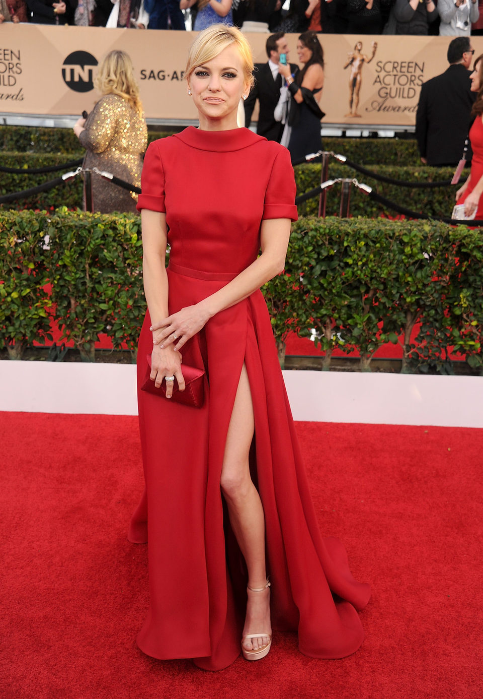 Anna Faris at the SAG Awards 2016 red carpet