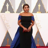 Mindy Kaling at the Oscars 2016 red carpet