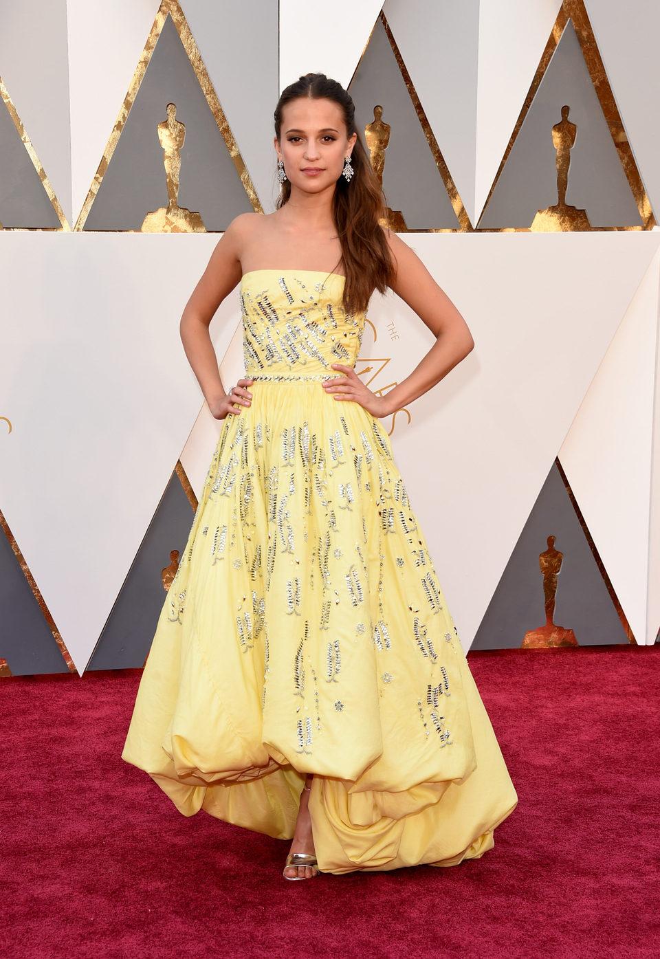 Alicia Vikander at the Oscars 2016 red carpet