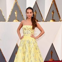 Alicia Vikander at the Oscars 2016 red carpet
