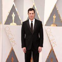 Josh Singer at the Oscars 2016 red carpet