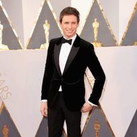 Eddie Redmayne at the Oscars 2016 red carpet