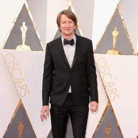 Tom Hooper at the Oscars 2016 red carpet