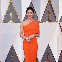 Olivia Munn at the Oscars 2016 red carpet