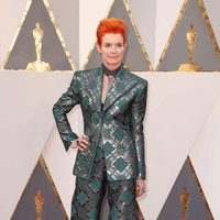 Sandy Powell at the Oscars 2016 red carpet