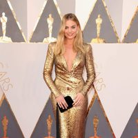 Margot Robbie at the Oscars 2016 red carpet