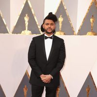 The Weeknd poses at the Oscars 2016 red carpet